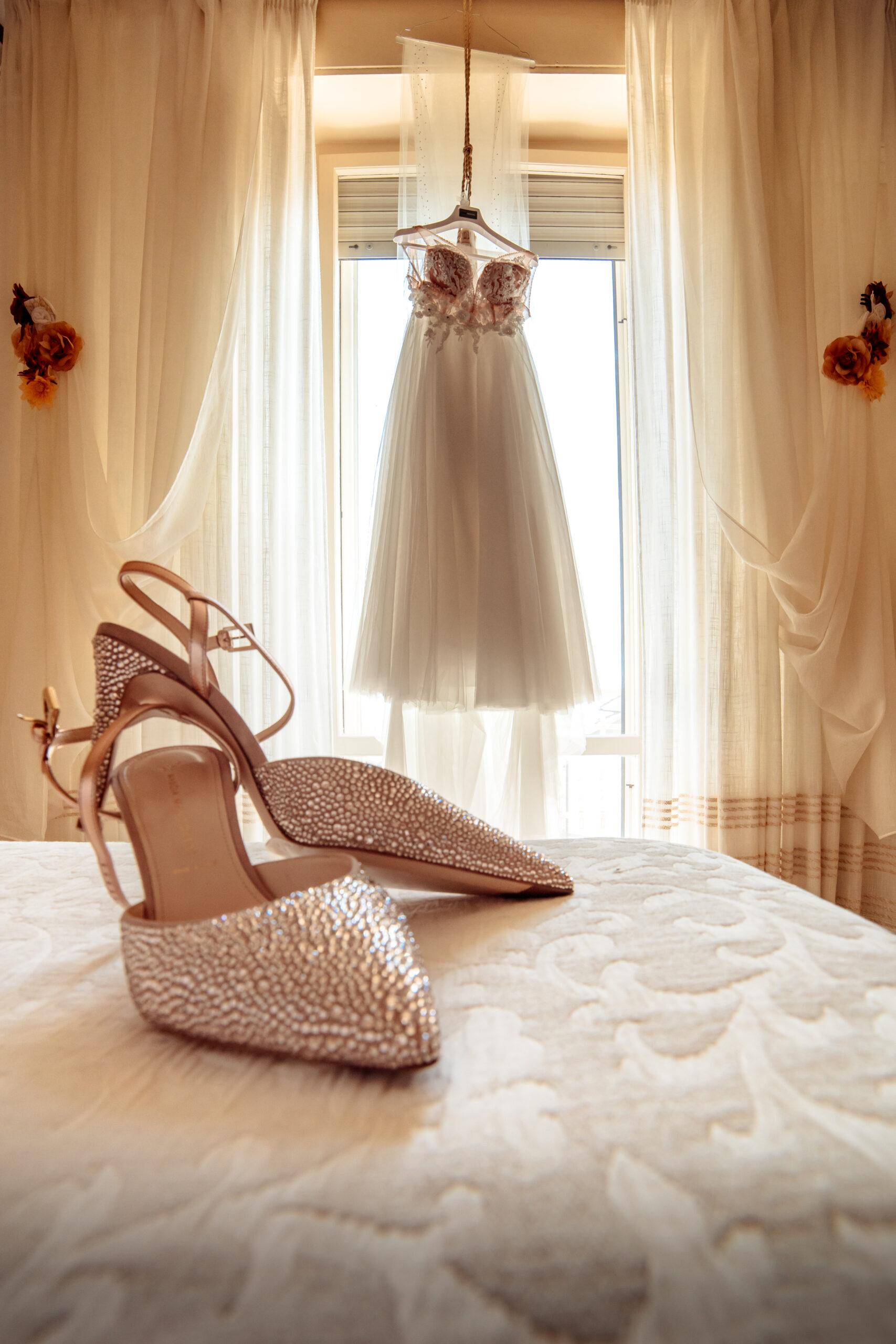 abito scarpe camera da letto sposa