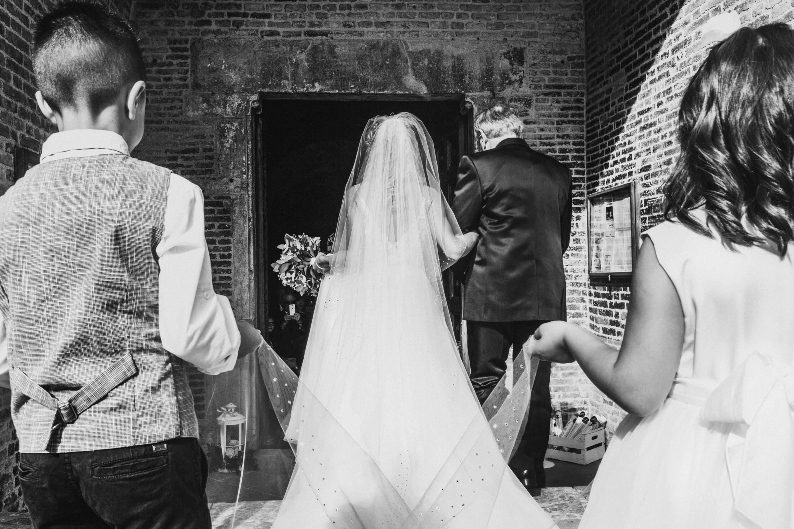 ingresso chiesa sposa di spalle