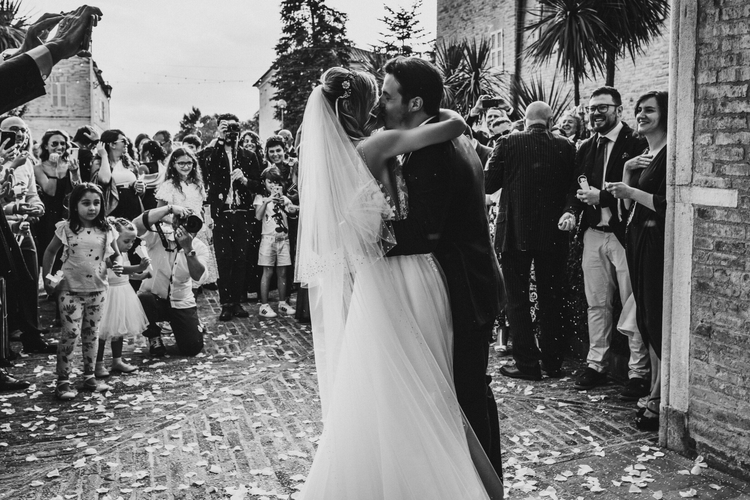 sposi che si baciano uscita chiesa