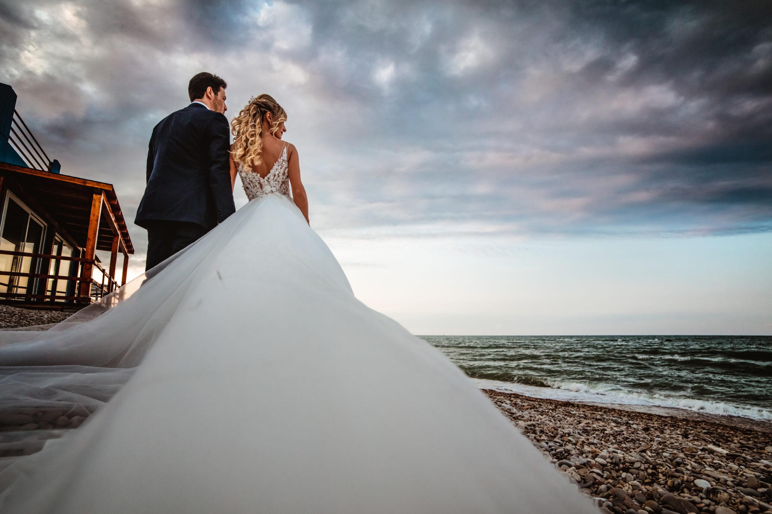 sposi al mare da dietro