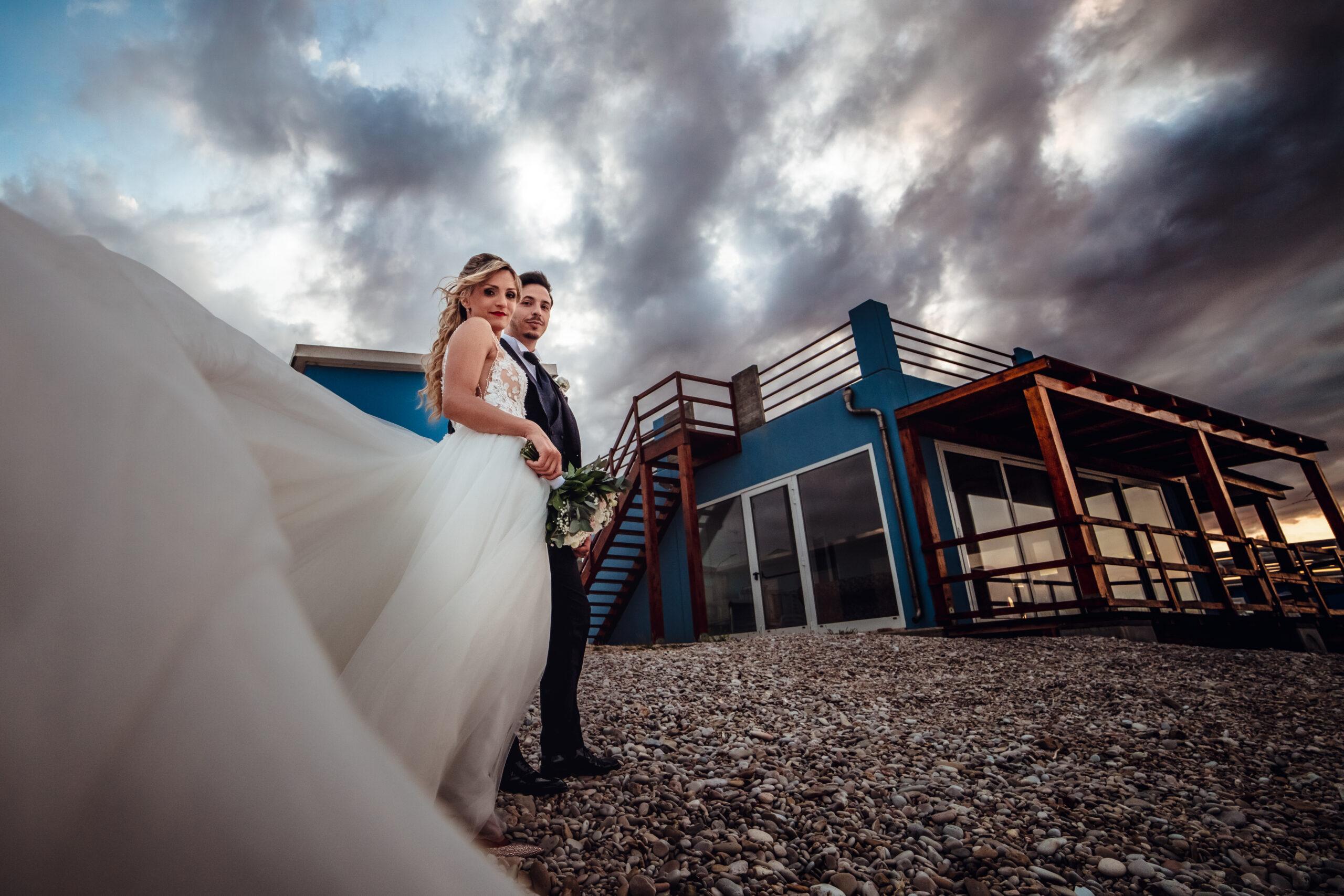sposi con nuvole e vento