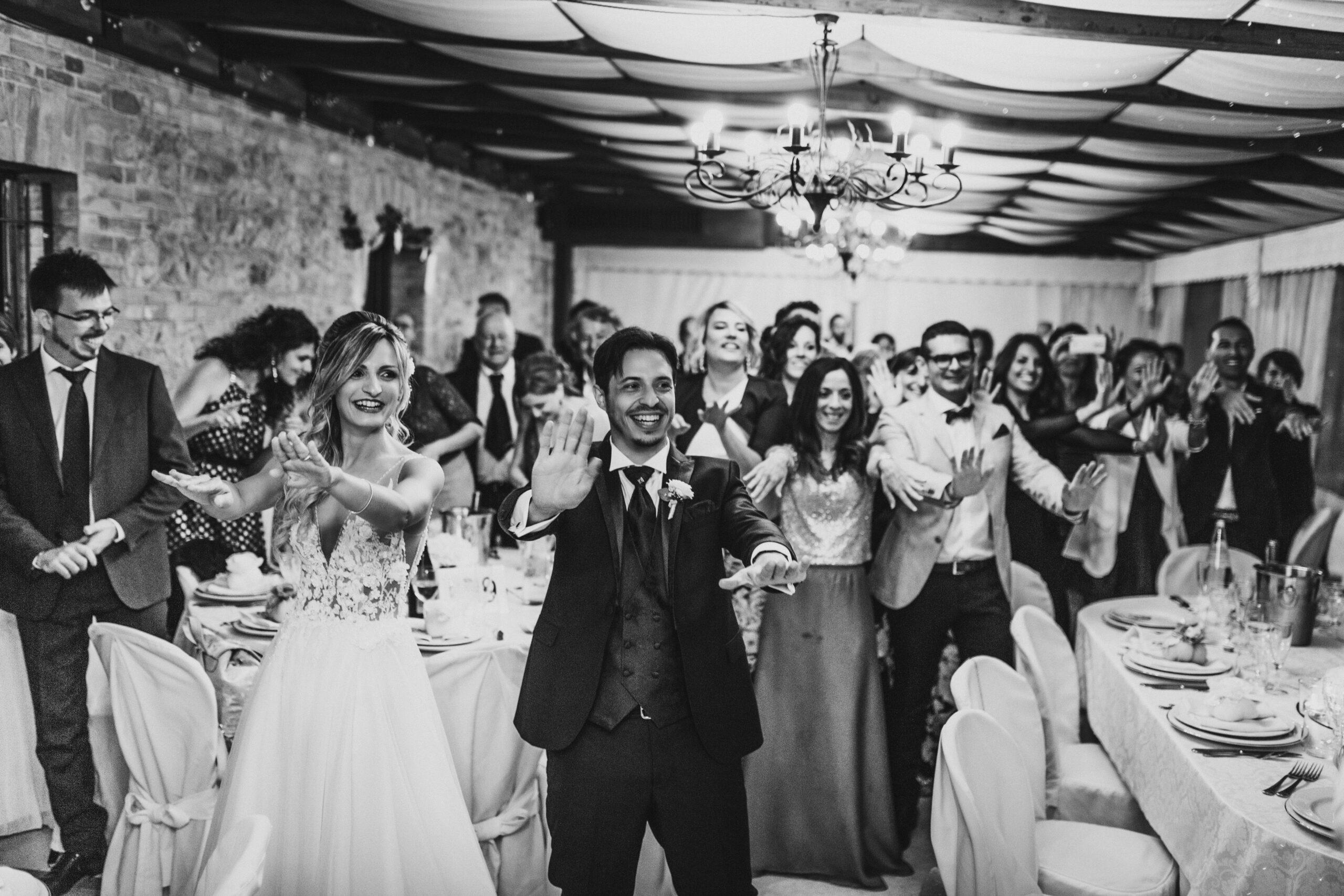 sposo e sposa ballano con amici