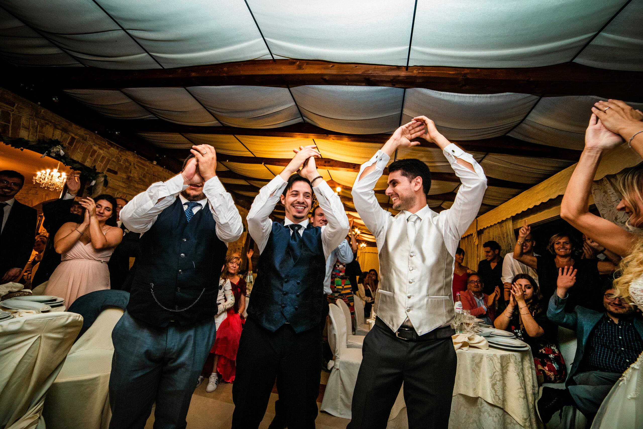 sposo che balla con testimoni