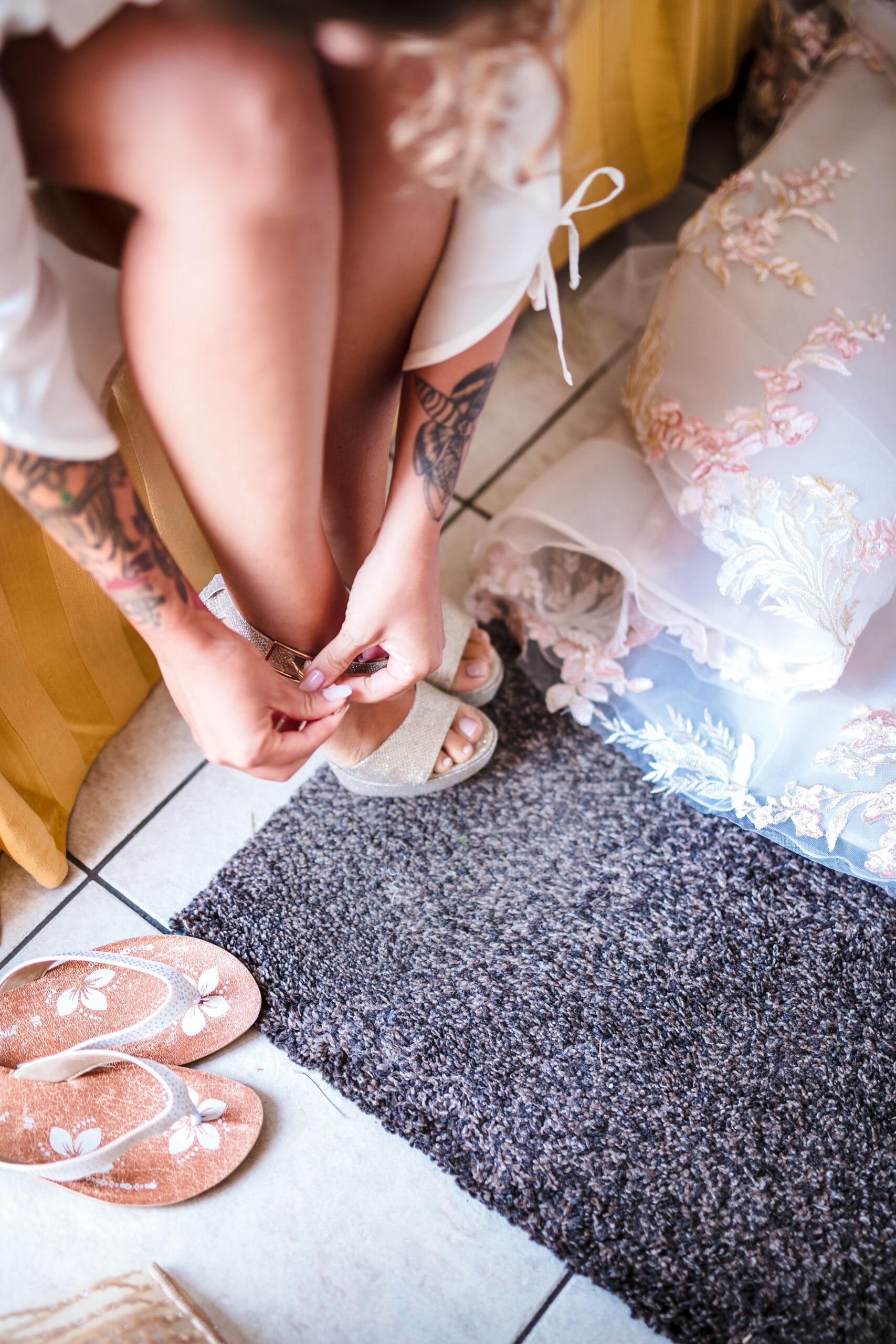 la sposa si mette le scarpe da sposa