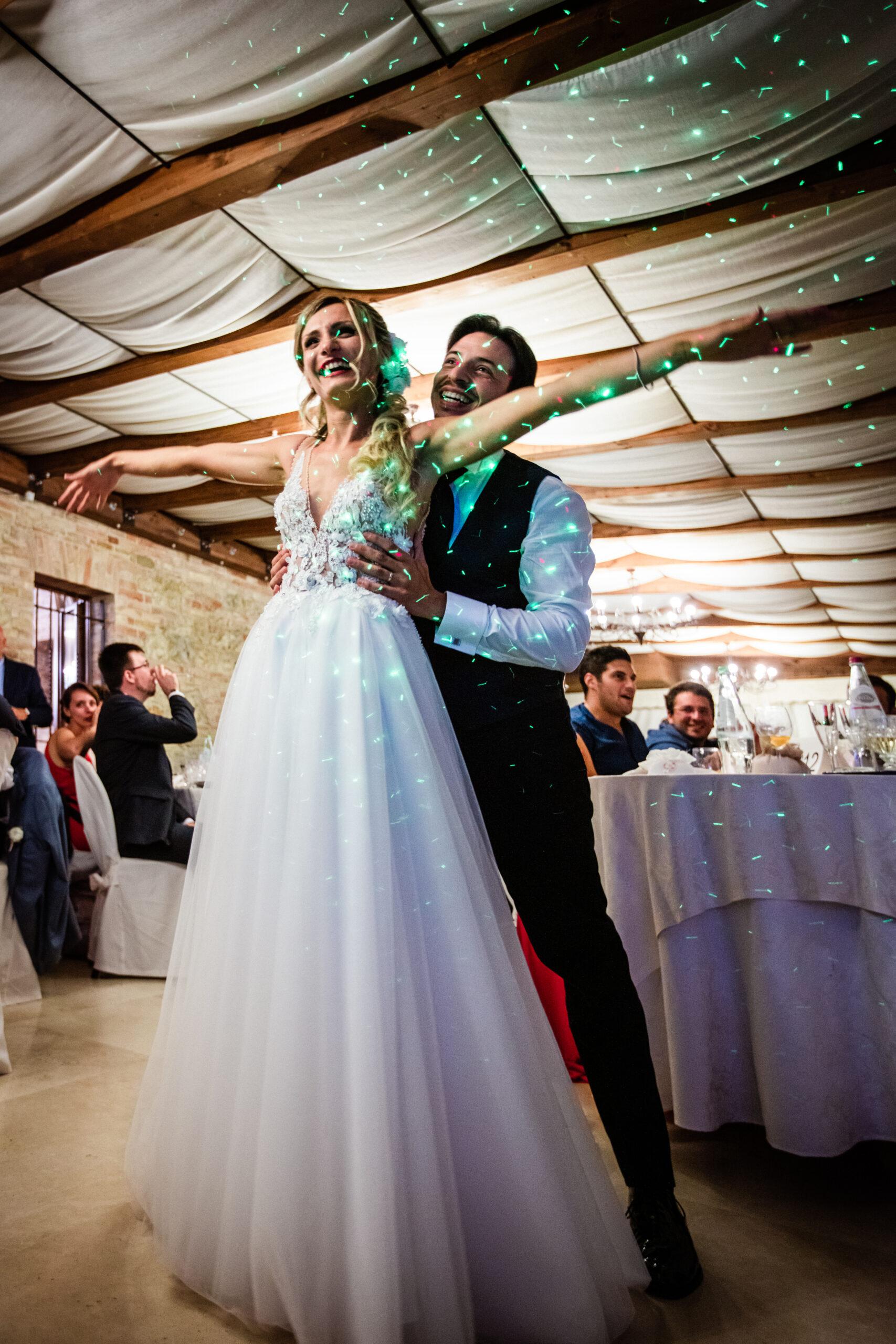 sposo abbraccia la sposa