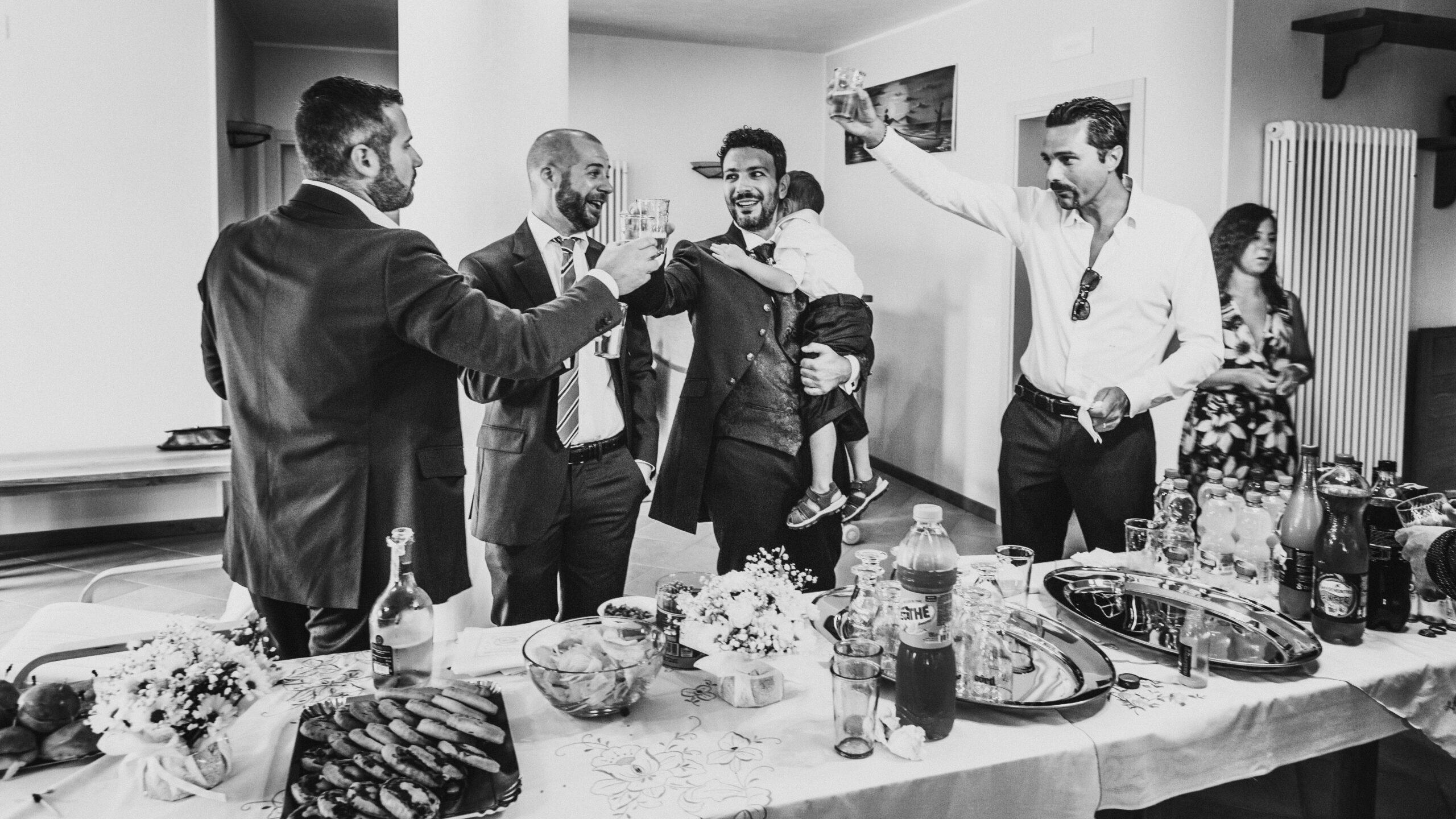 lo sposo brinda con i suoi amici
