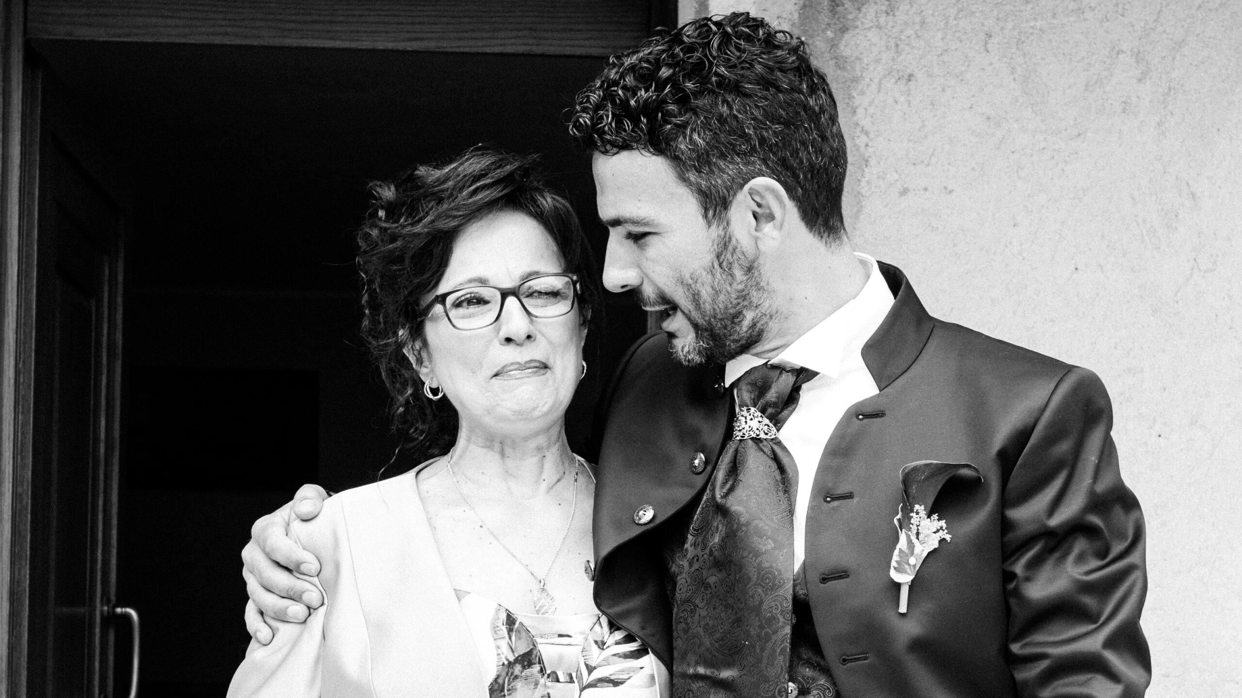 la mamma dello sposo emozionata