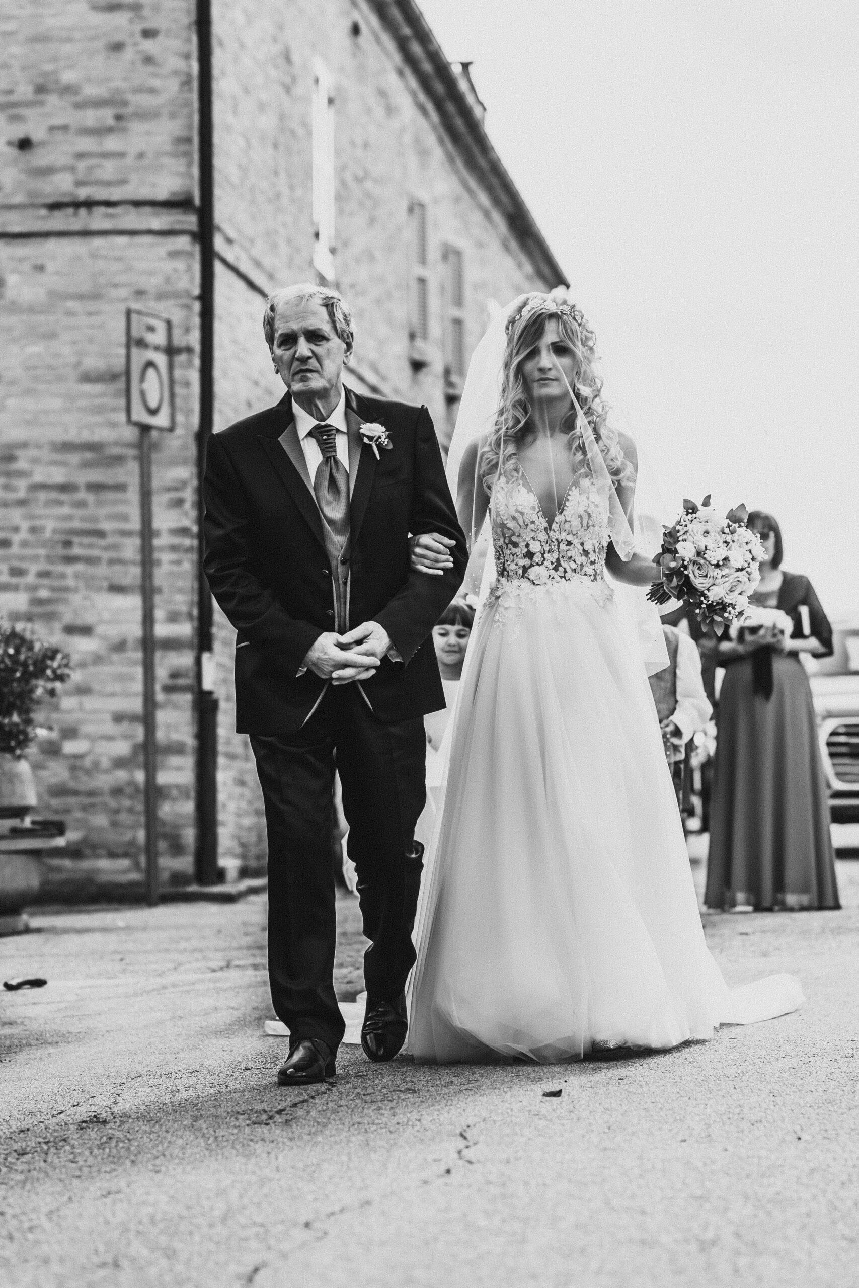 padre e sposa ingresso chiesa