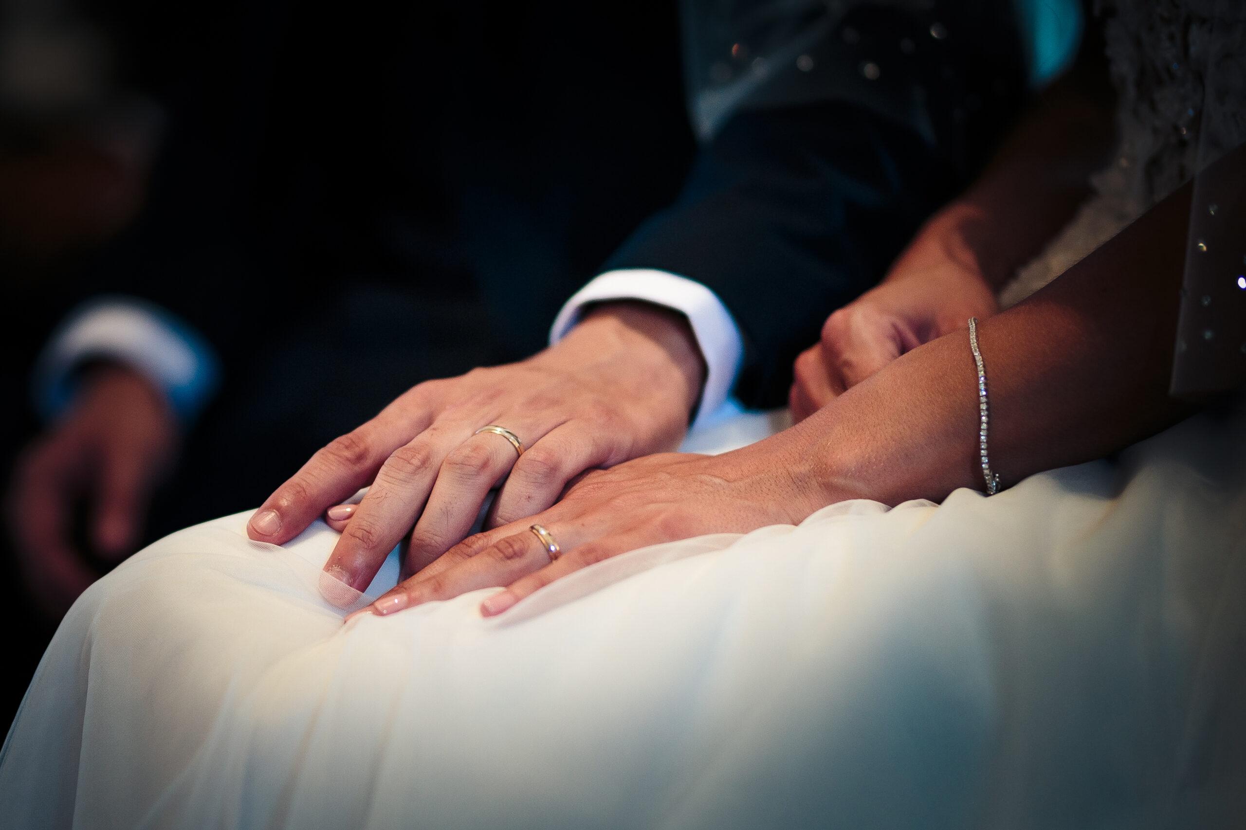 dettaglio mani e fedi degli sposi