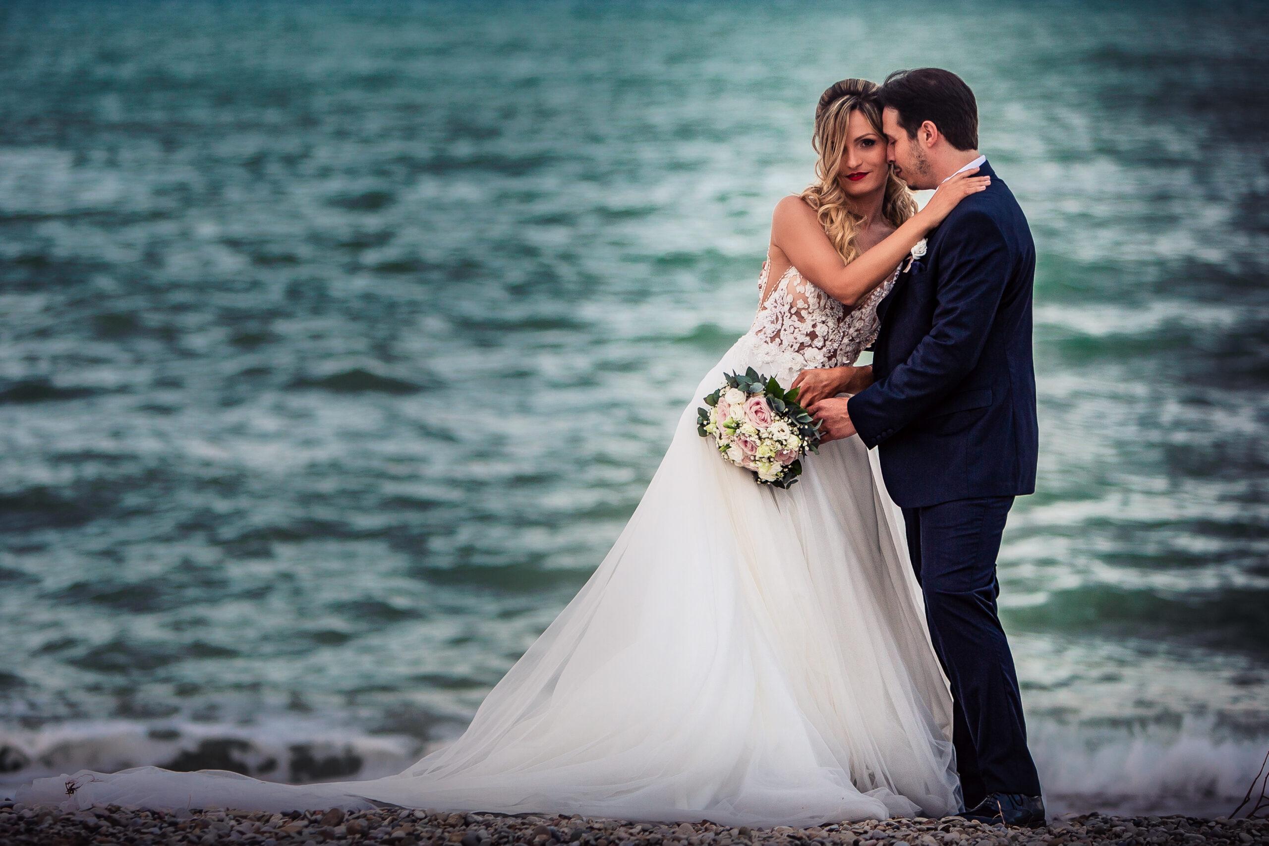 sposo contesta appoggiata sulla sposa