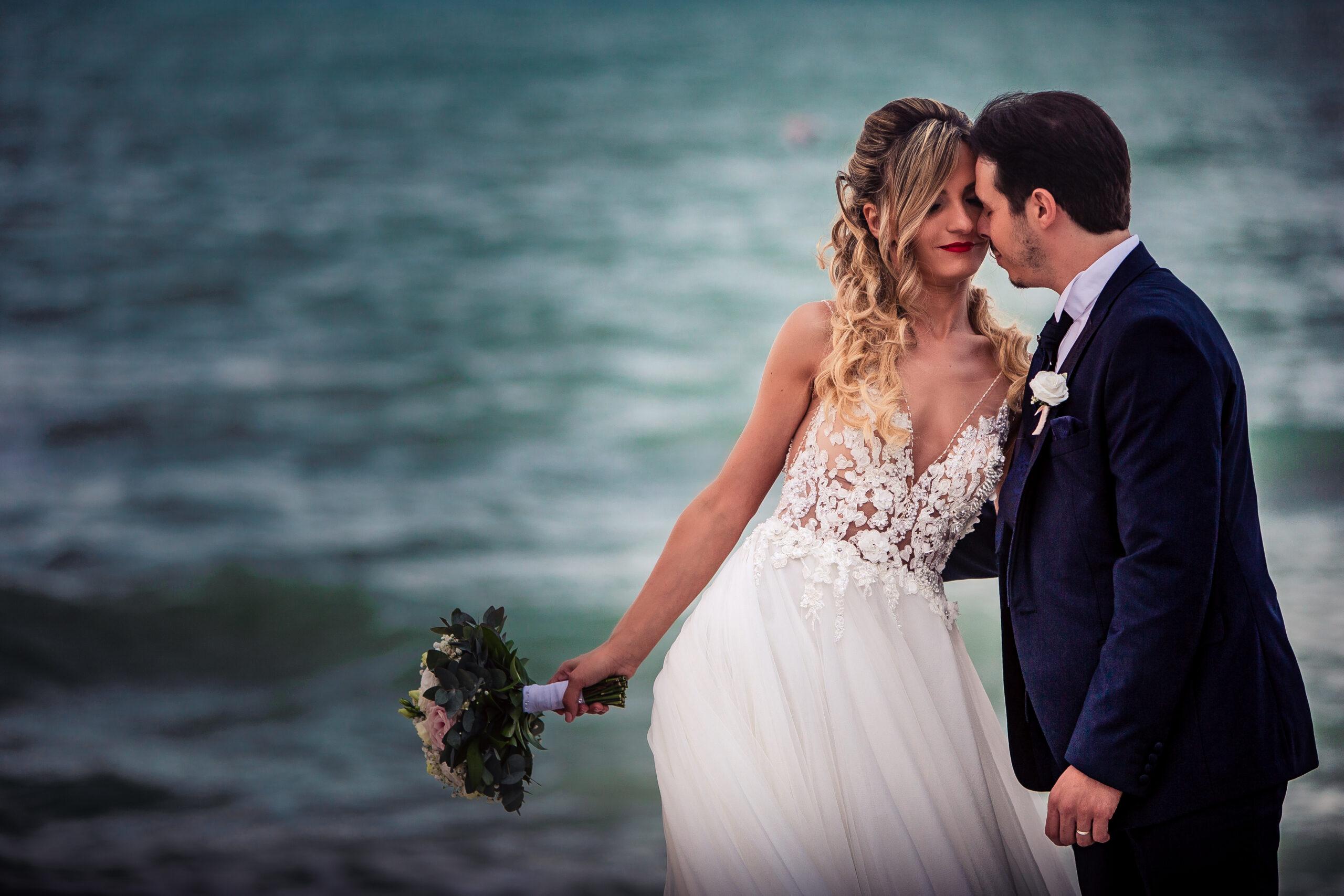 sposi con sfondo mare