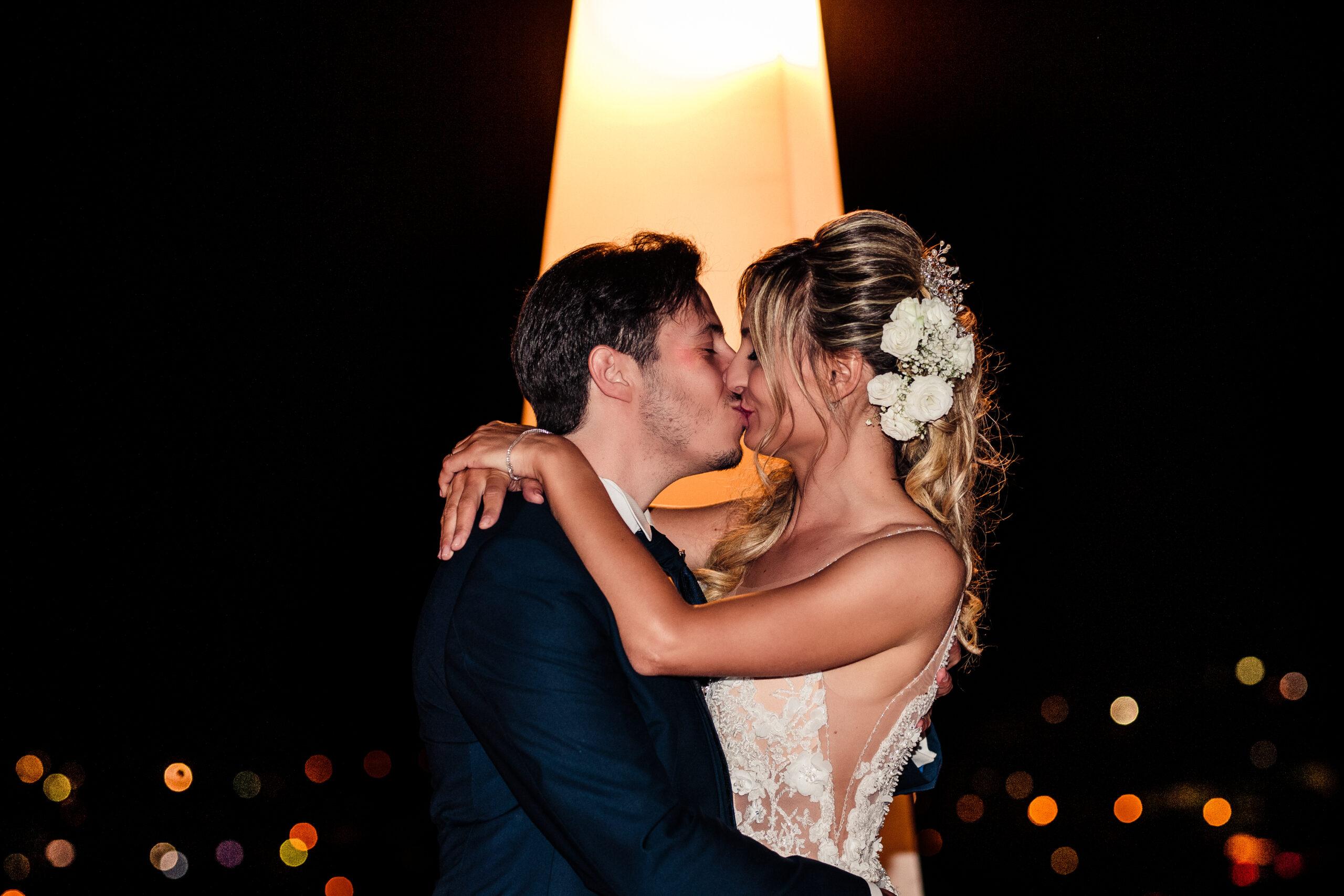 sposi che si baciano dopo la torta