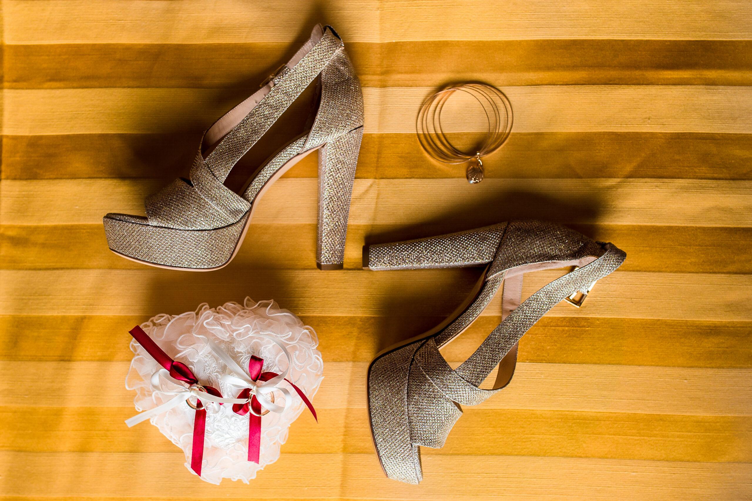 scarpe anelli e orecchini della sposa