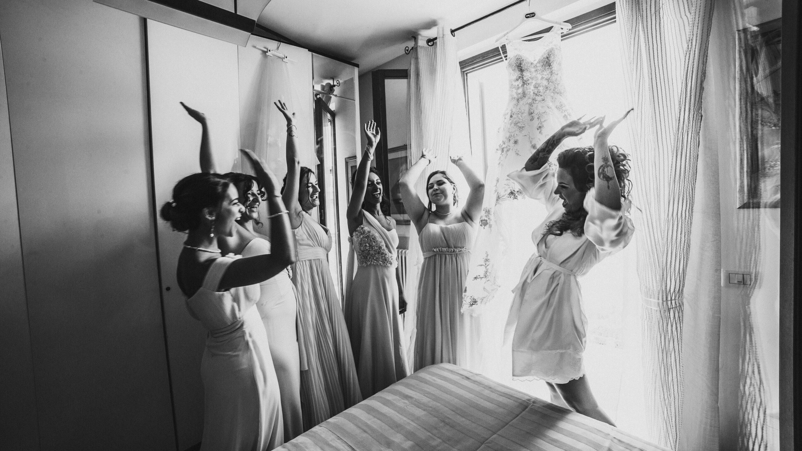 la sposa e le damigelle festeggiano