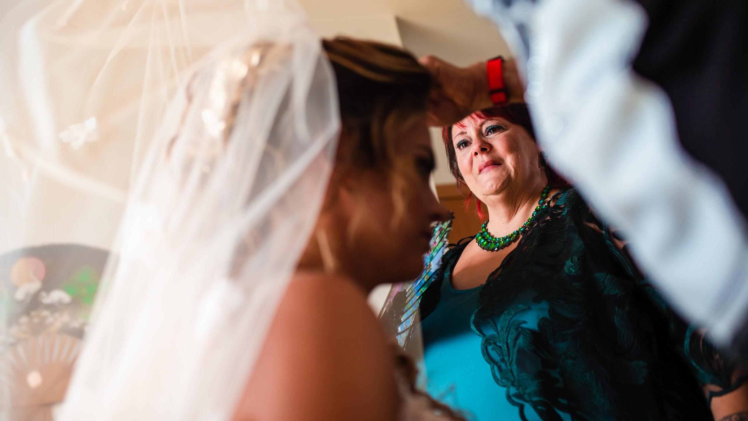 la mamma della sposa si emoziona