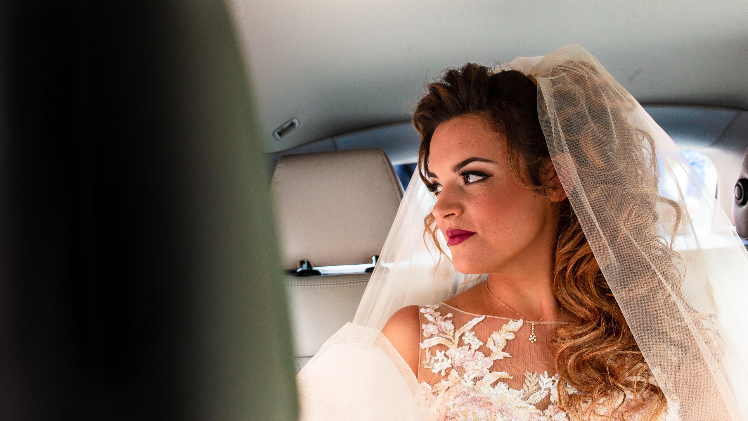 la sposa in auto pronta in auto