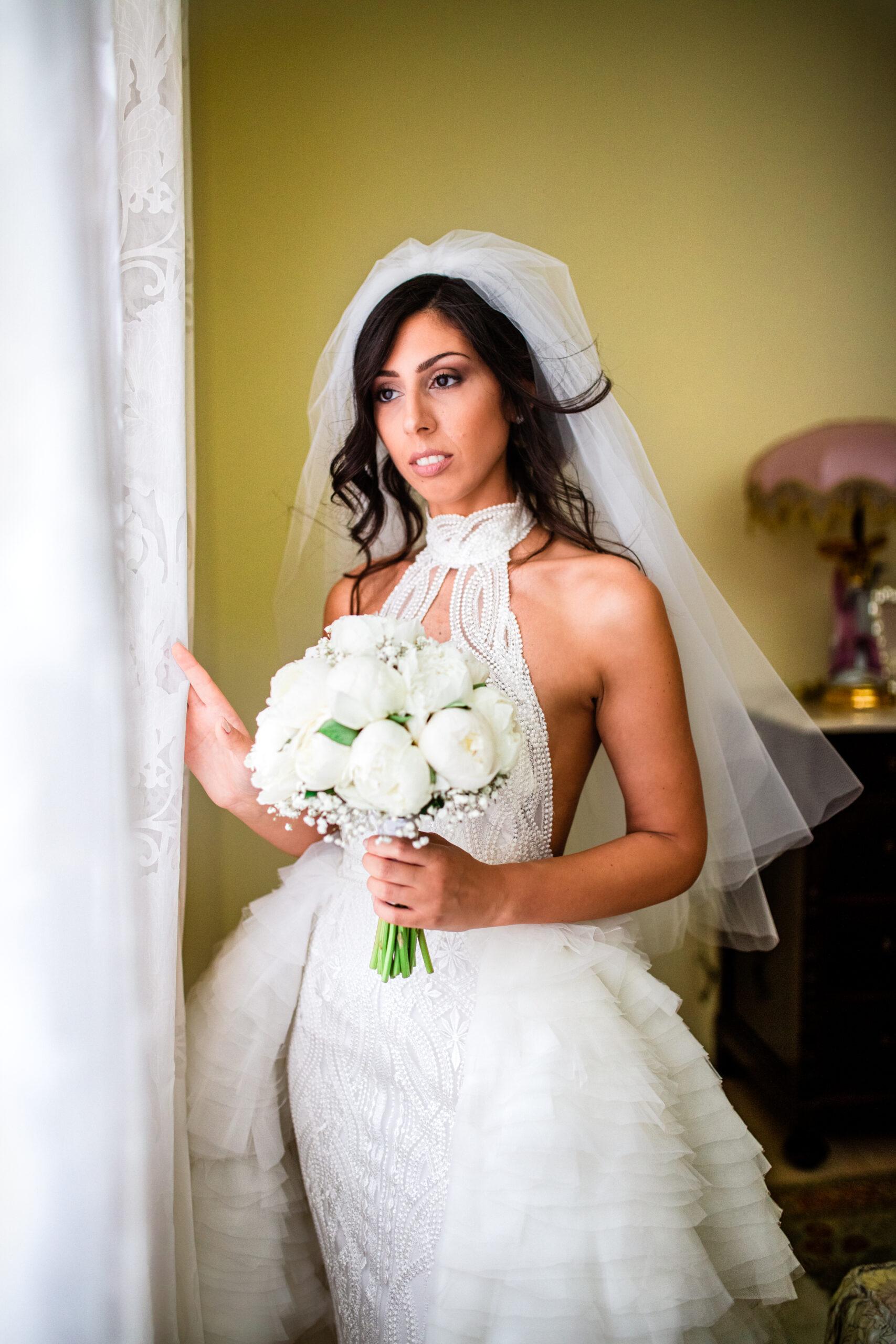 la sposa guarda dalla finestra
