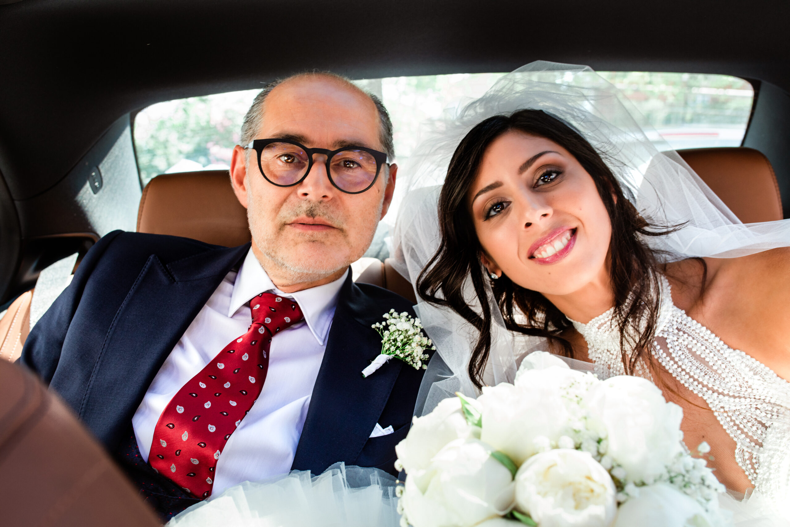 sposa con il papà in auto