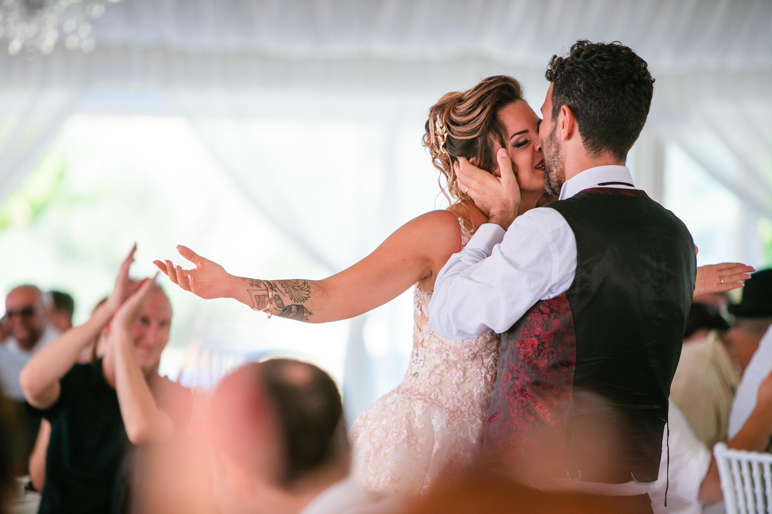 bacio degli sposi durante il ballo