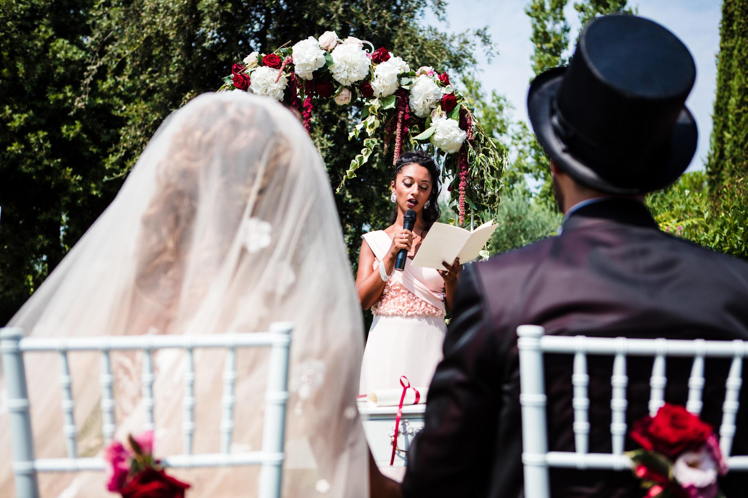 damigella legge per gli sposi