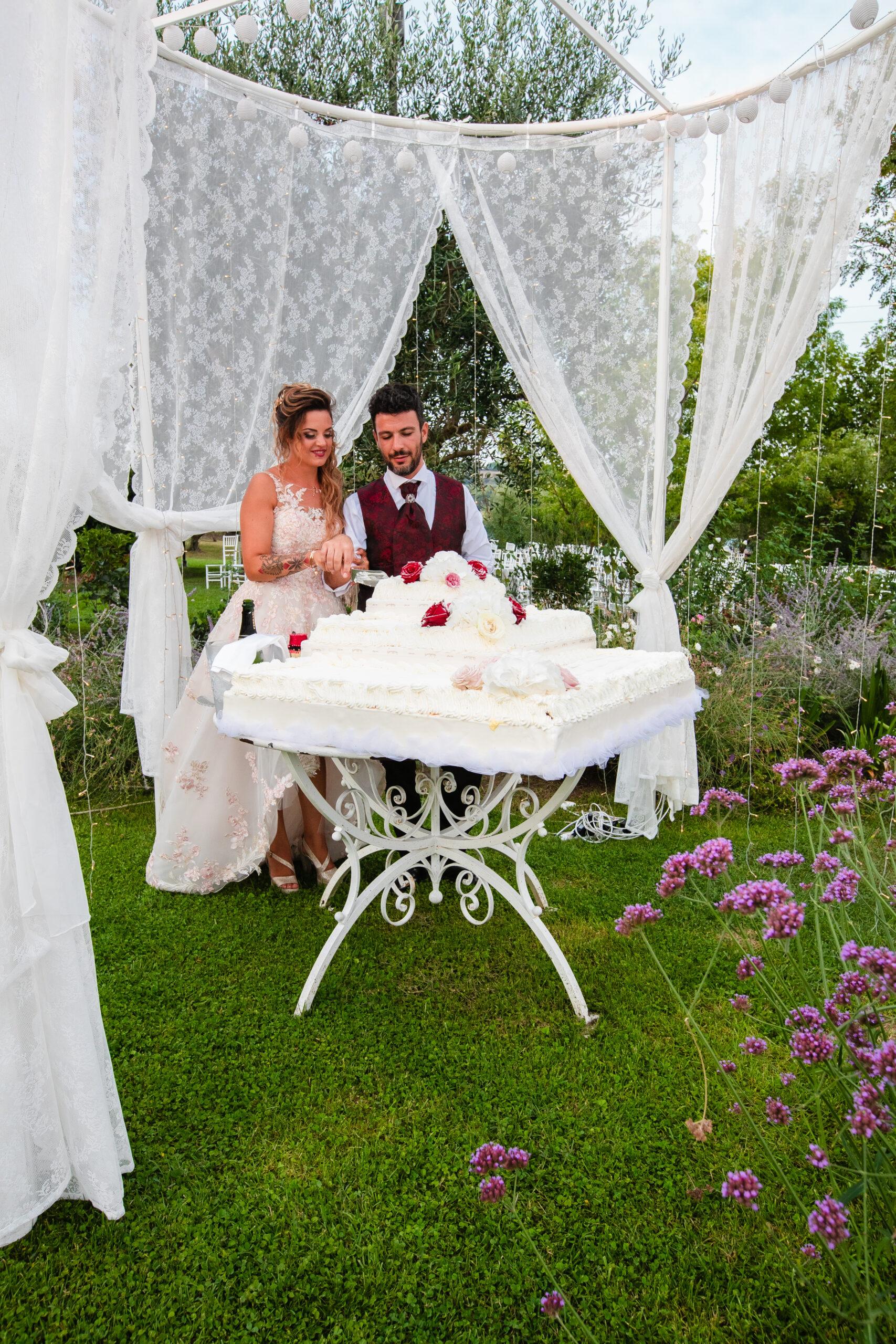 gli sposi mentre tagliano la torta