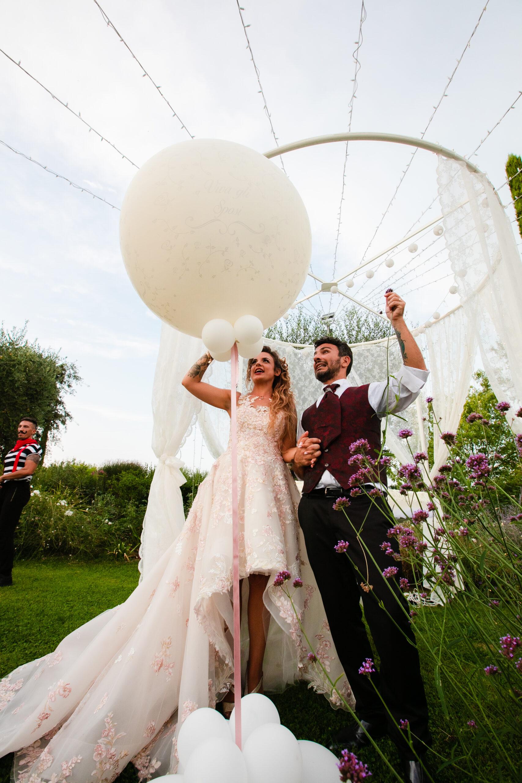 gli sposi che stanno per far scoppiare un palloncino