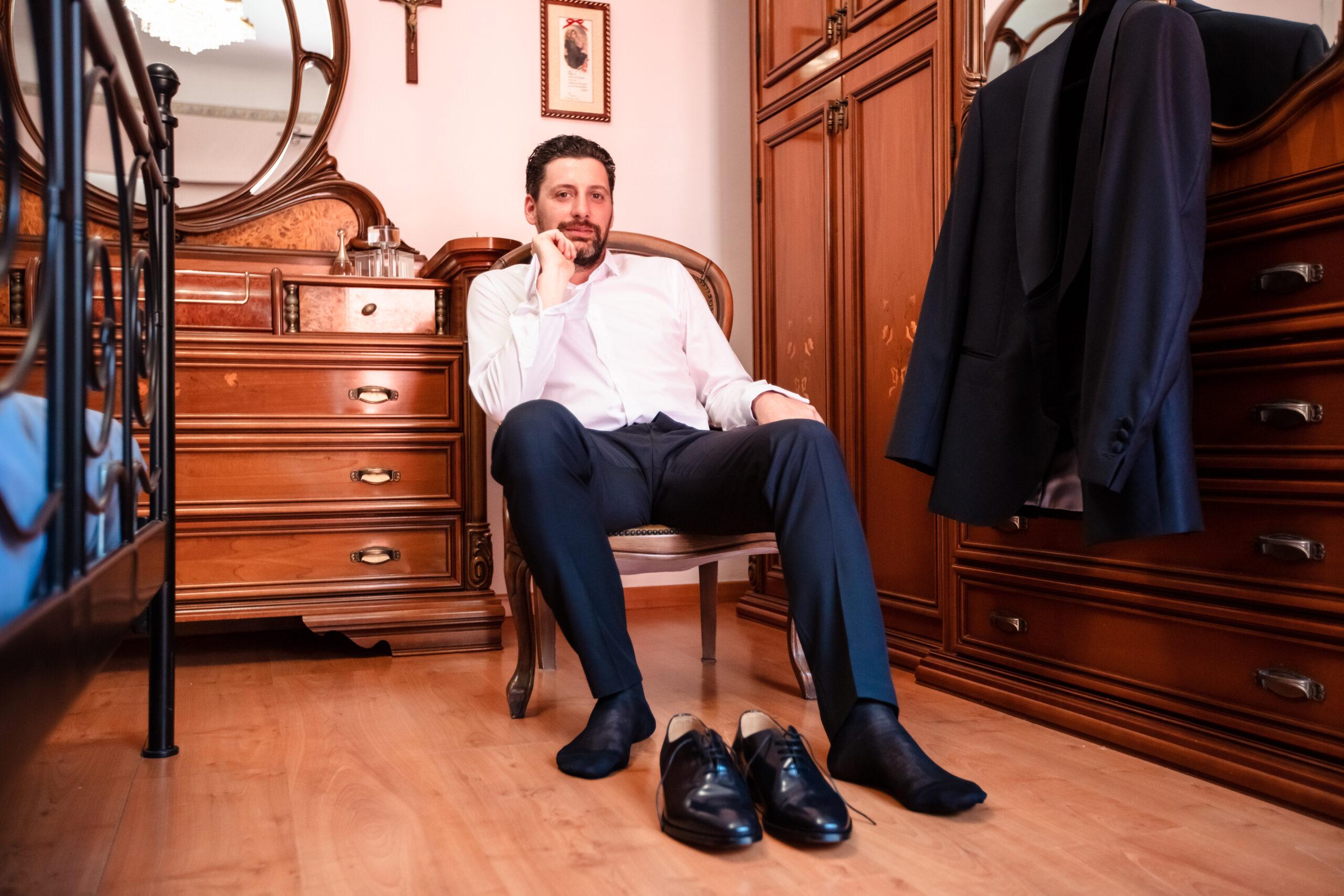 sposo seduto che si mette le scarpe