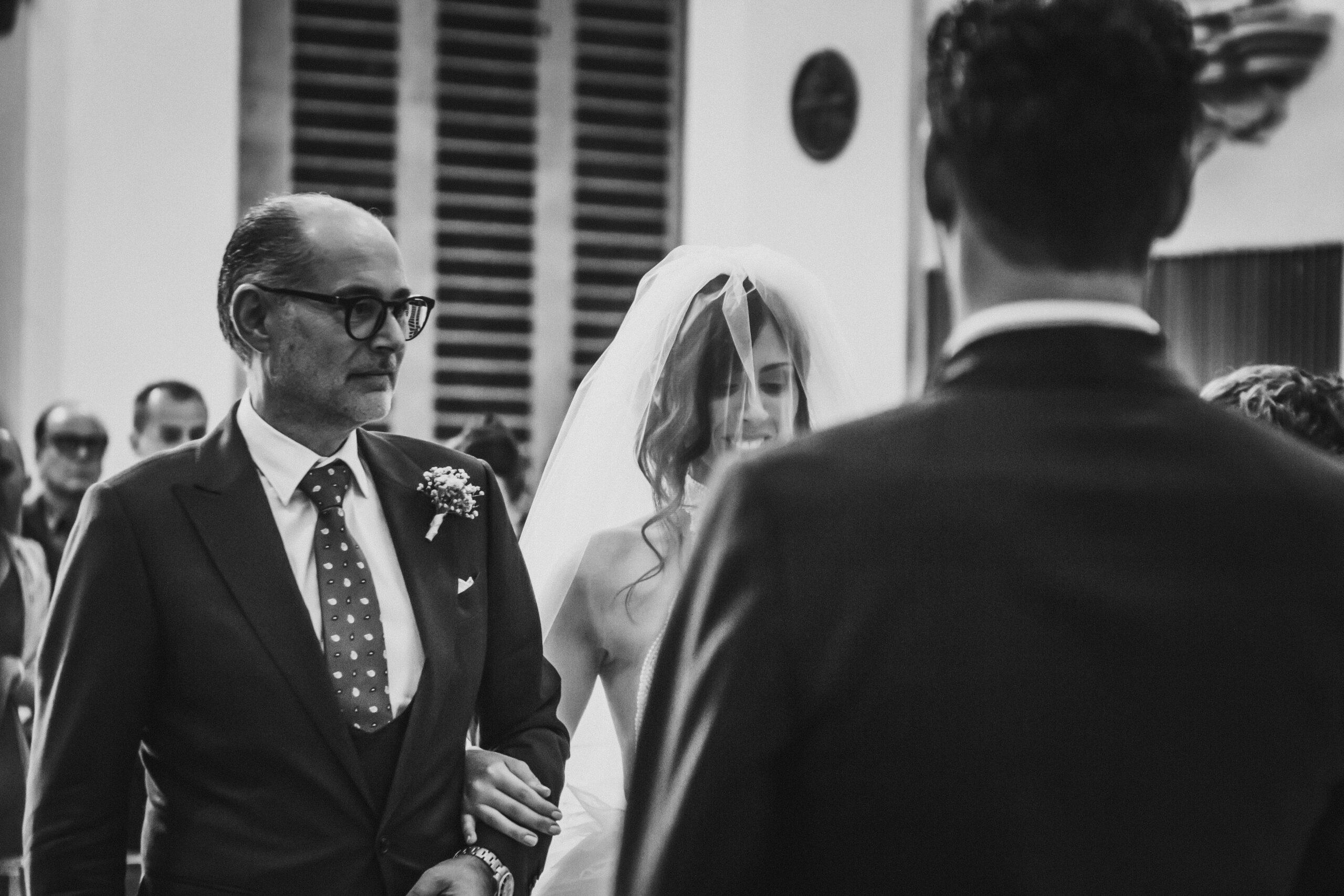 il papà della sposa consegna la sposa allo sposo