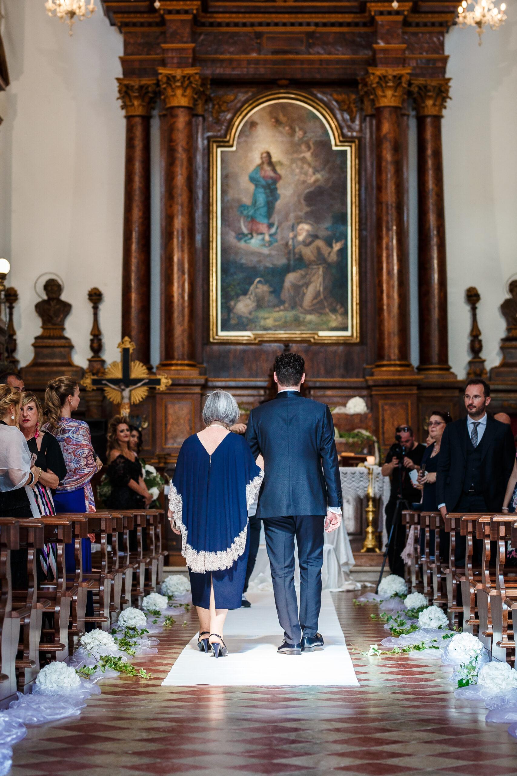 lo sposo cammina verso l'altare