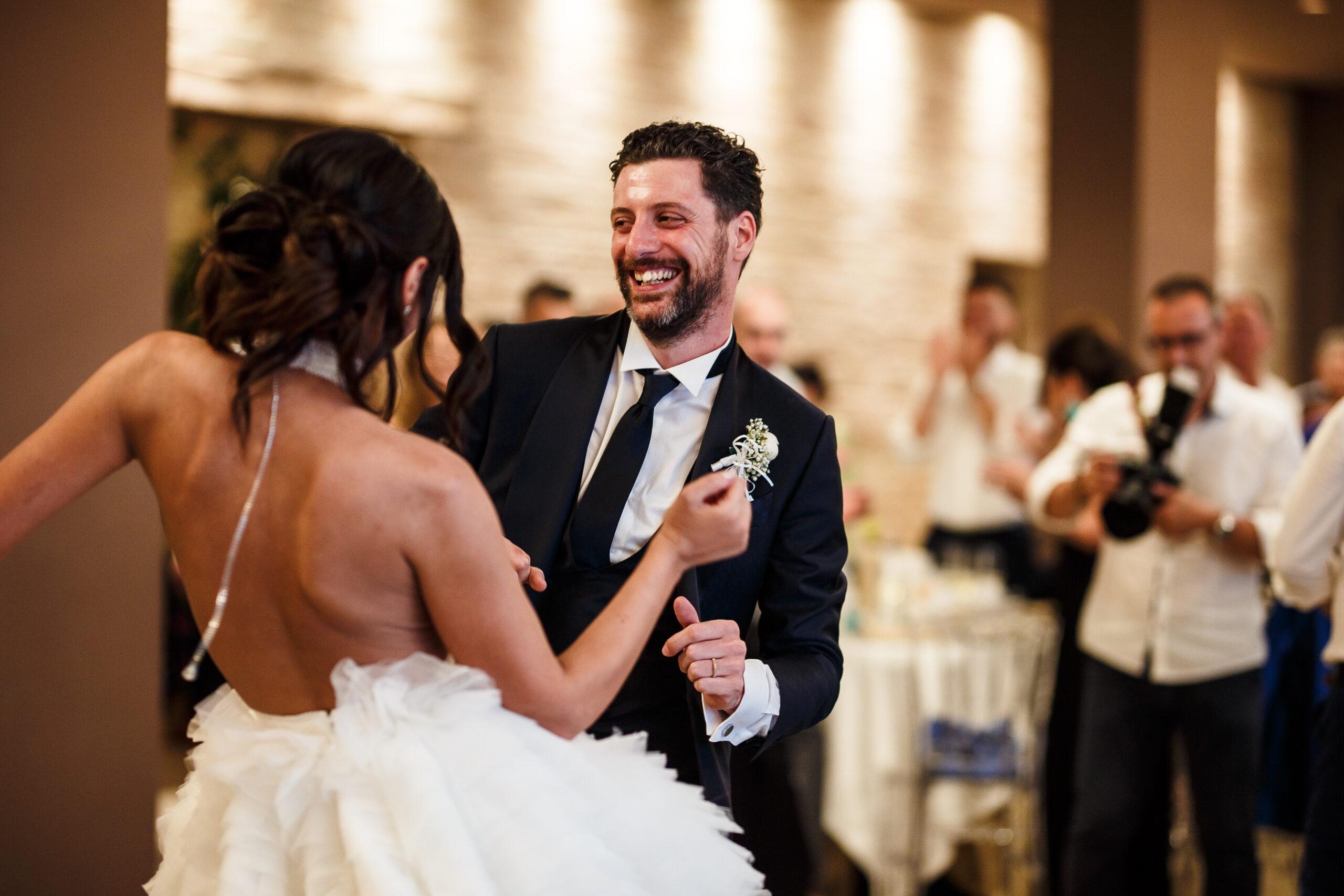 gli sposi che ballano salsa