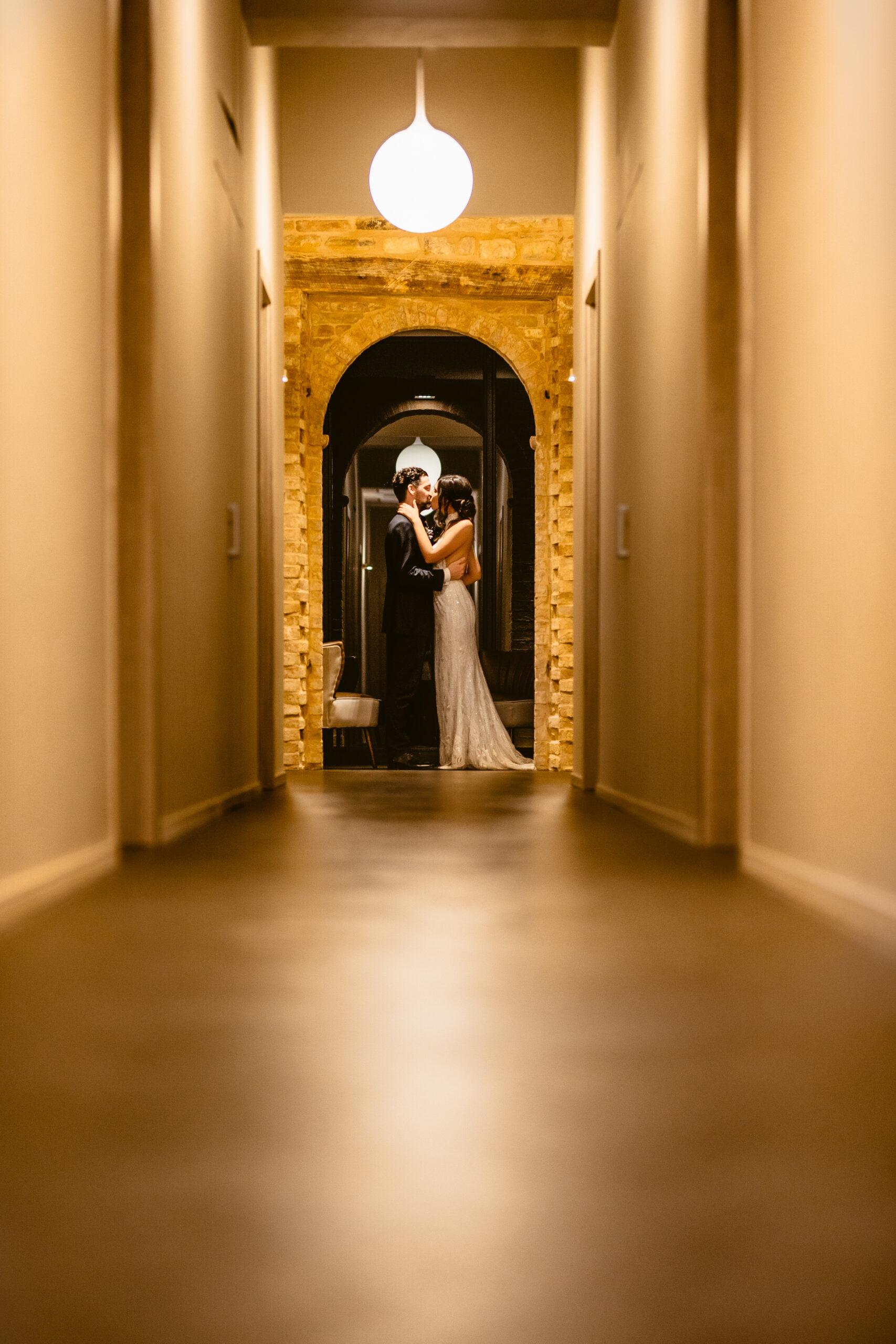 gli sposi nel corridoio