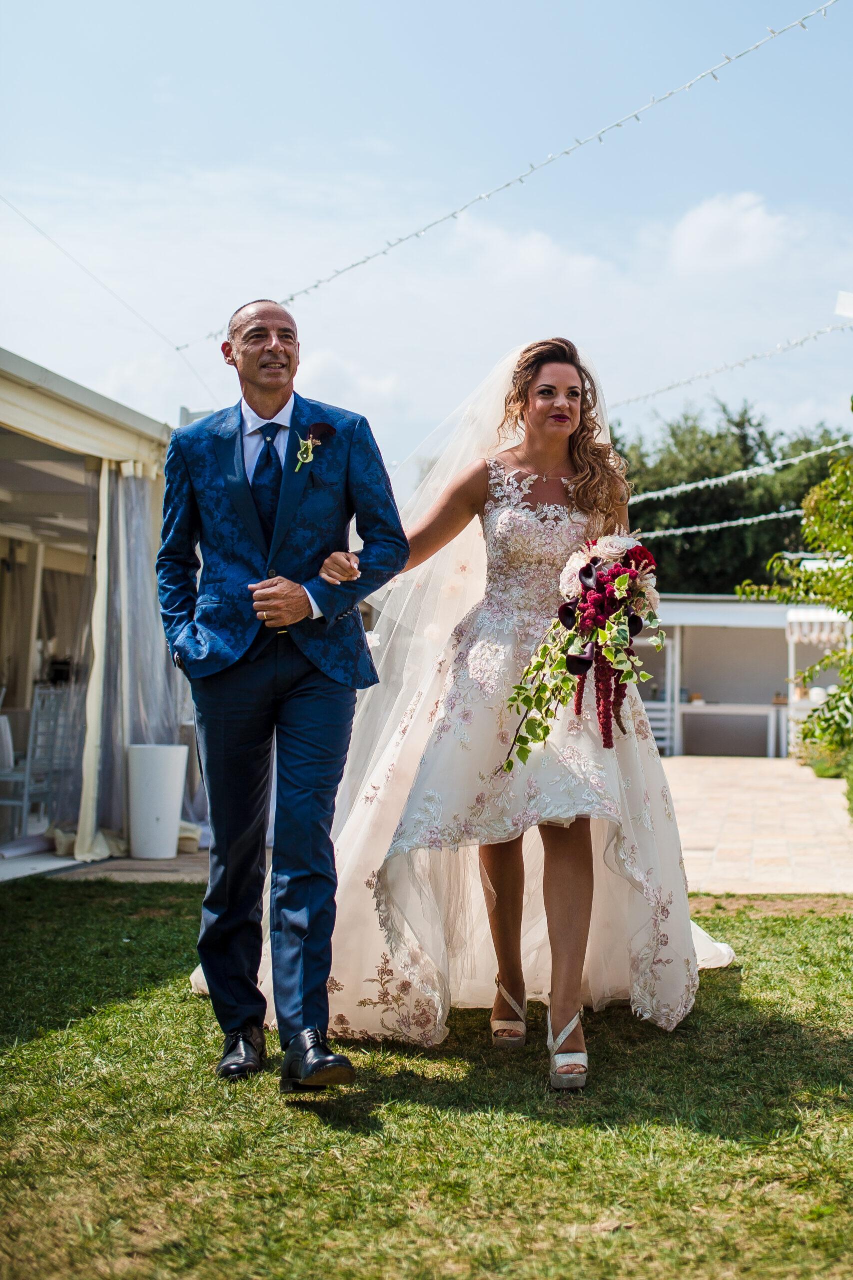 la sposa si avvicina allo sposo accompagnata dal padre