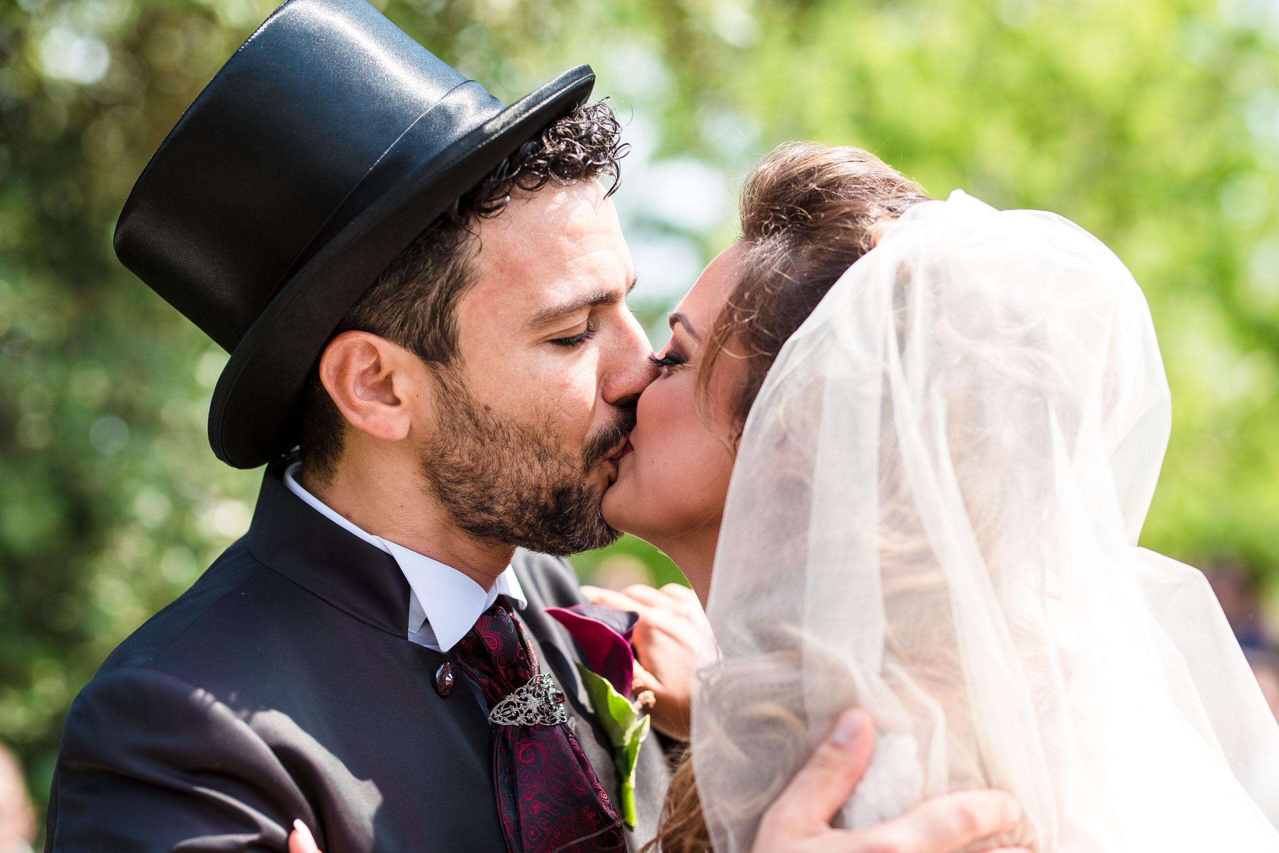 il bacio tra gli sposi