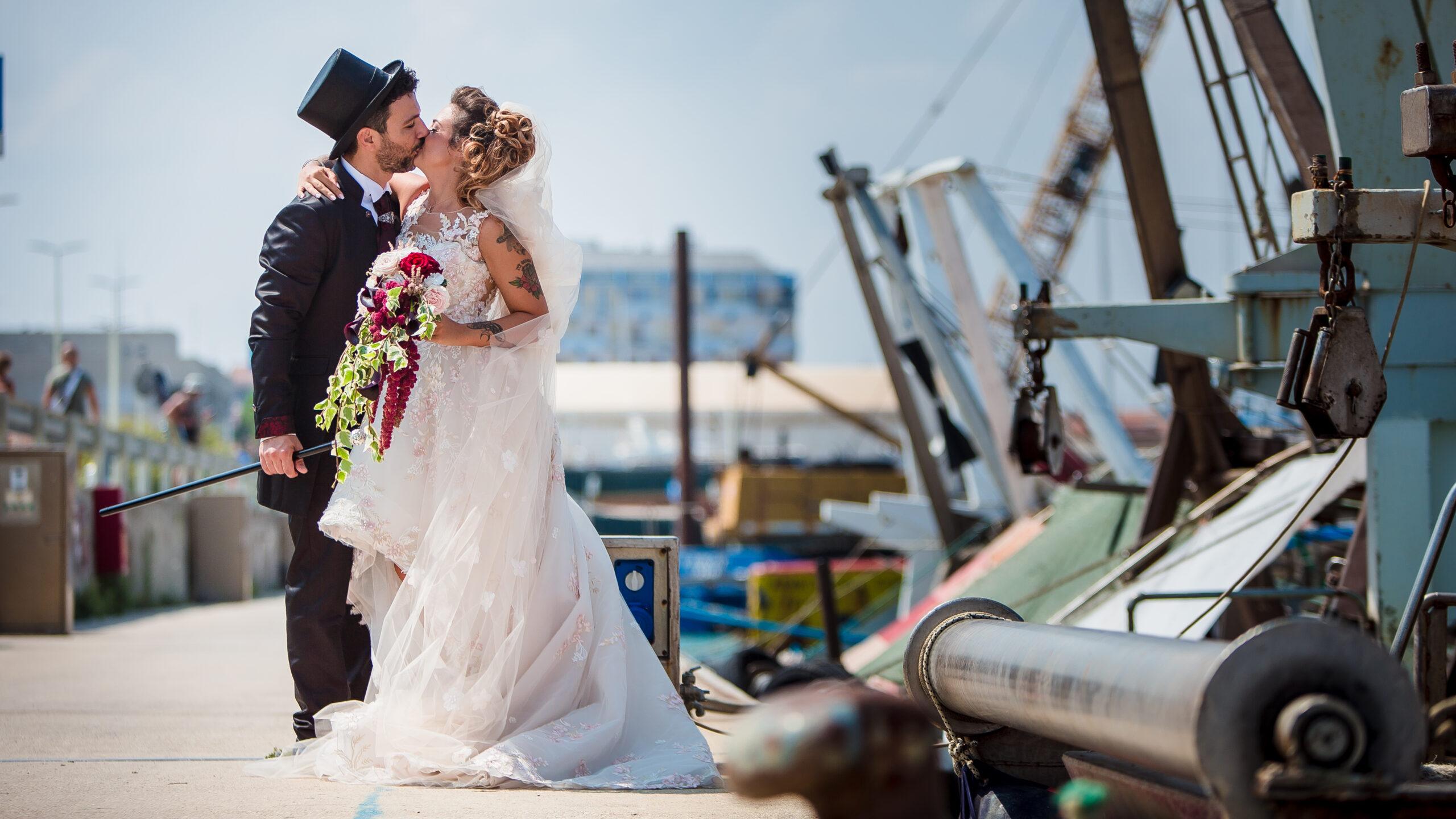 sposi sul molo che si baciano