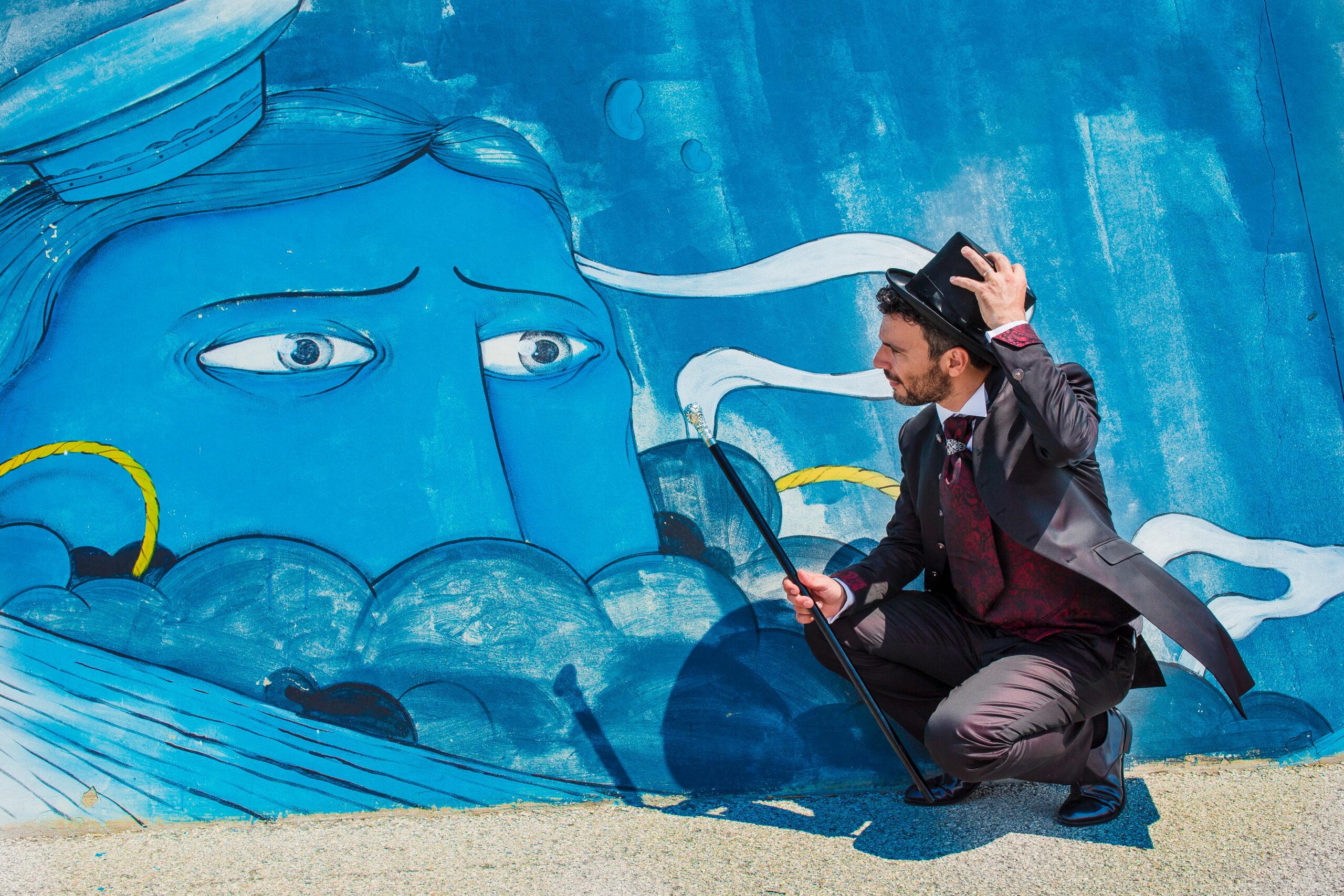 sposo guarda negli occhi il murales