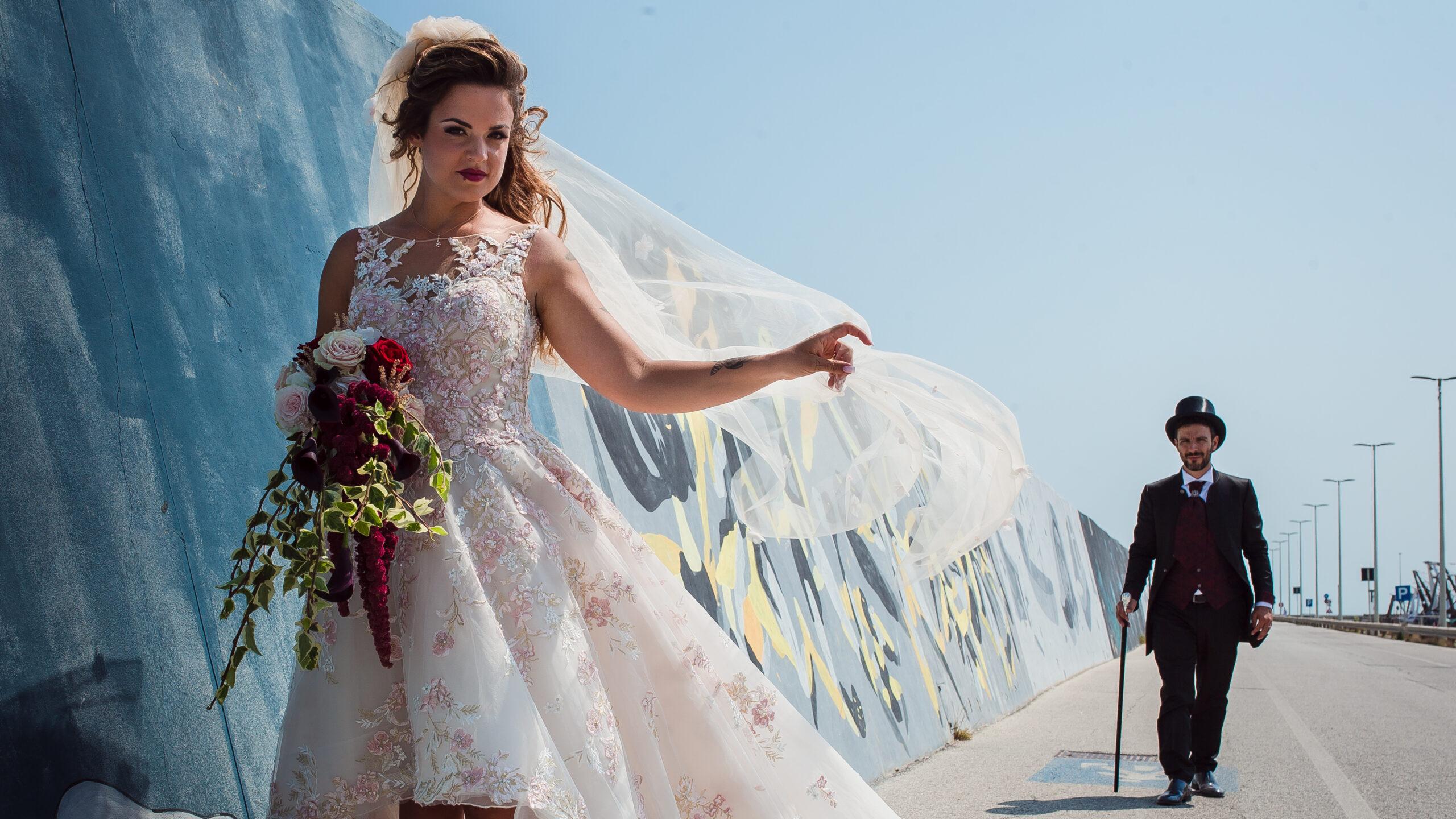 sposa in primo piano con sposo che si avvicina