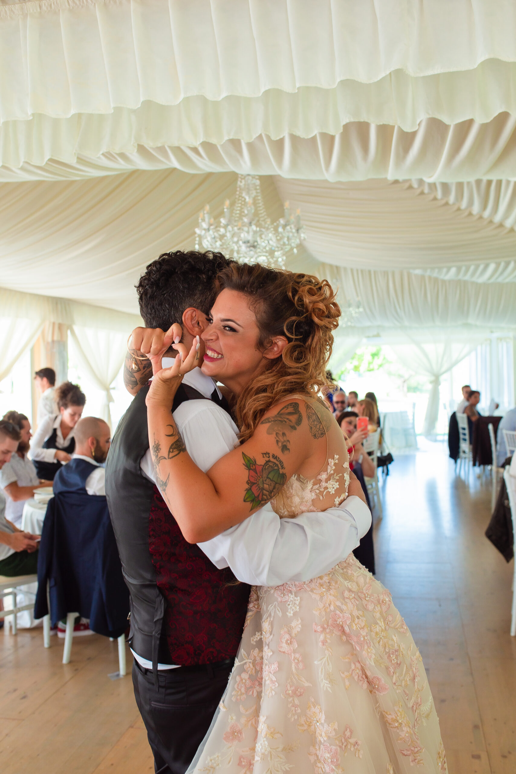 sposa felice al ballo