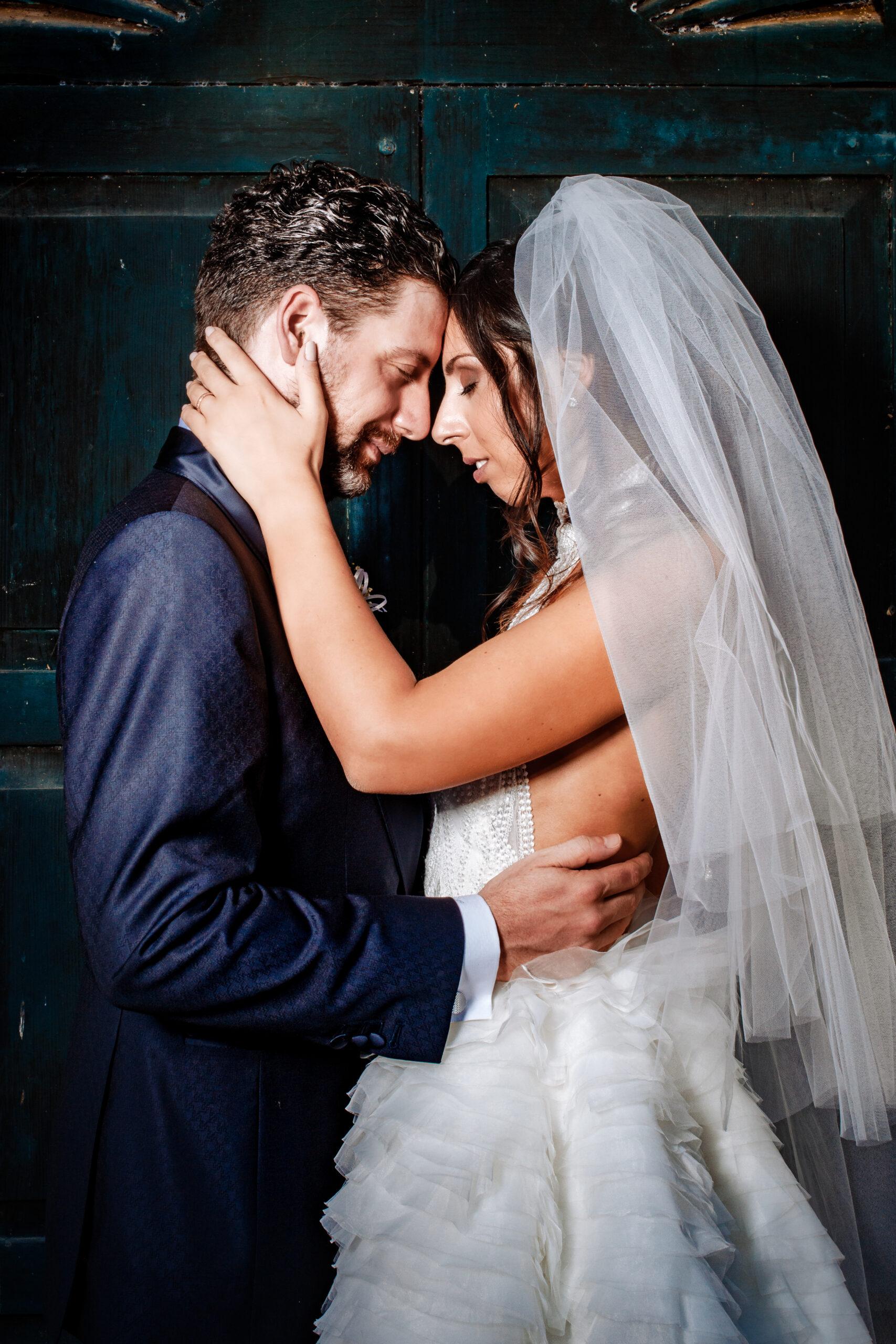 sposi che di abbracciano davanti porta